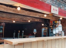 Doe-het-zelvers aan de top: Charlotte's bar in steigerhout en vlechtschermen in hazelaar